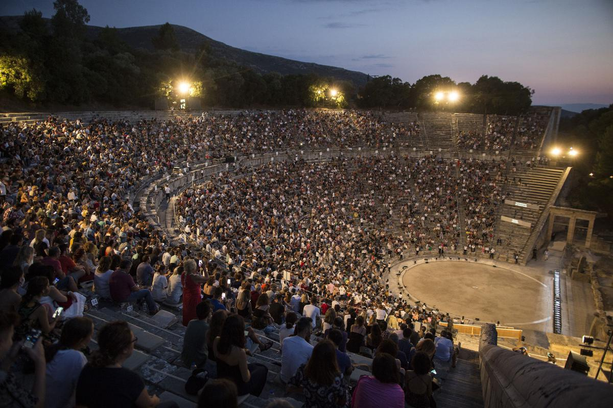Robe-Green-National-Theatre-The-Persians-AH4A2517-photo-Thomas-Daskalakis